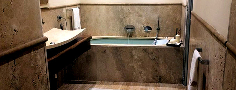 Bagno in travertino pavimenti rivestimenti lavabo top vasca piatto doccia pietre di rapolano - Vasche da bagno in pietra ...
