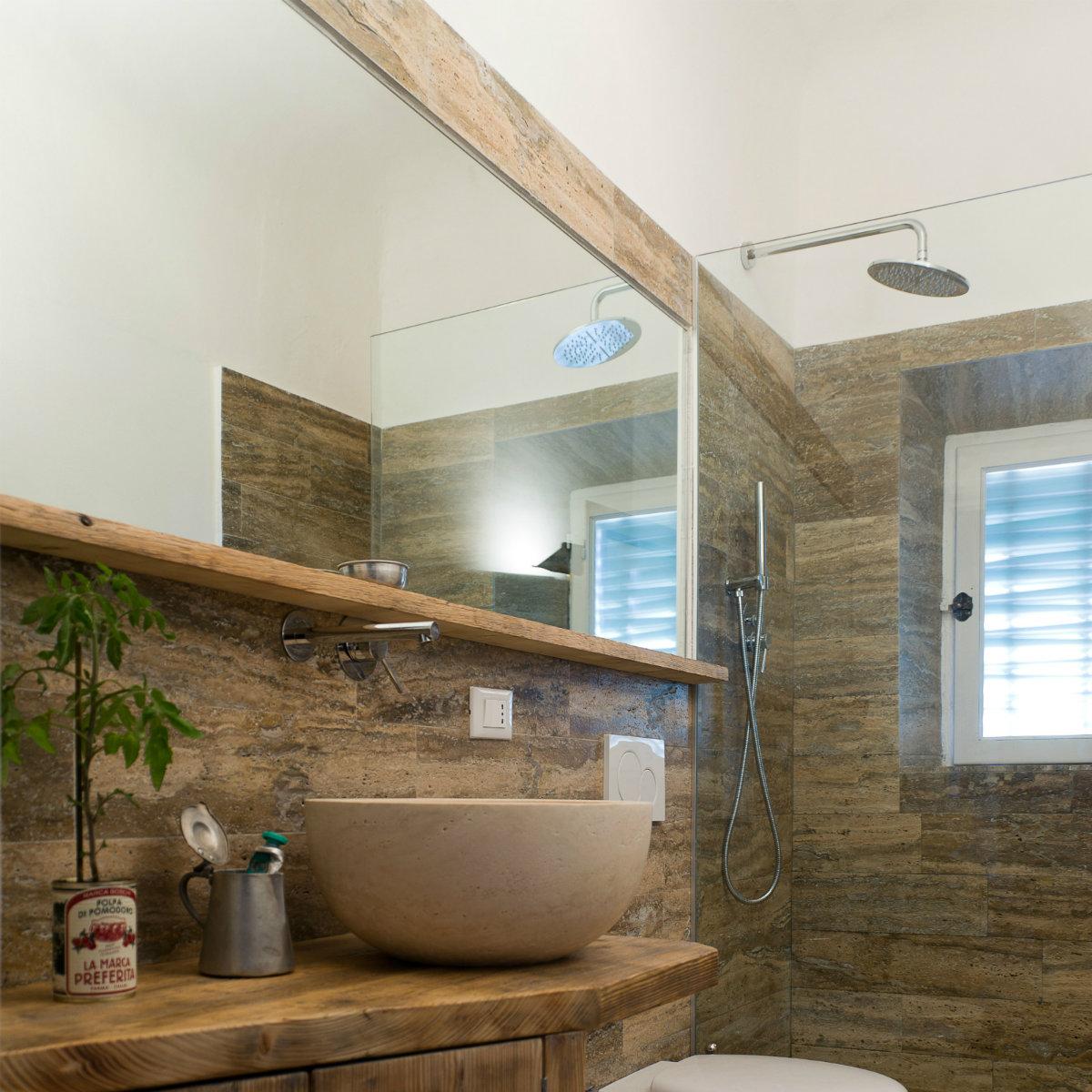 Bagno in travertino simil legno pietre di rapolano - Legno per bagno ...