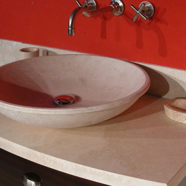 """Mobile da bagno in legno e travertino """"Fonterutoli"""""""