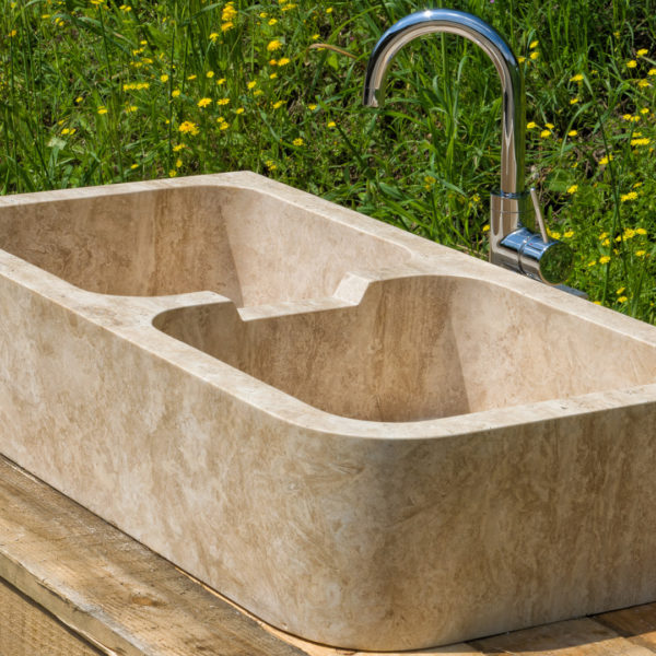 Lavabo in travertino per cucina in muratura con due buche \