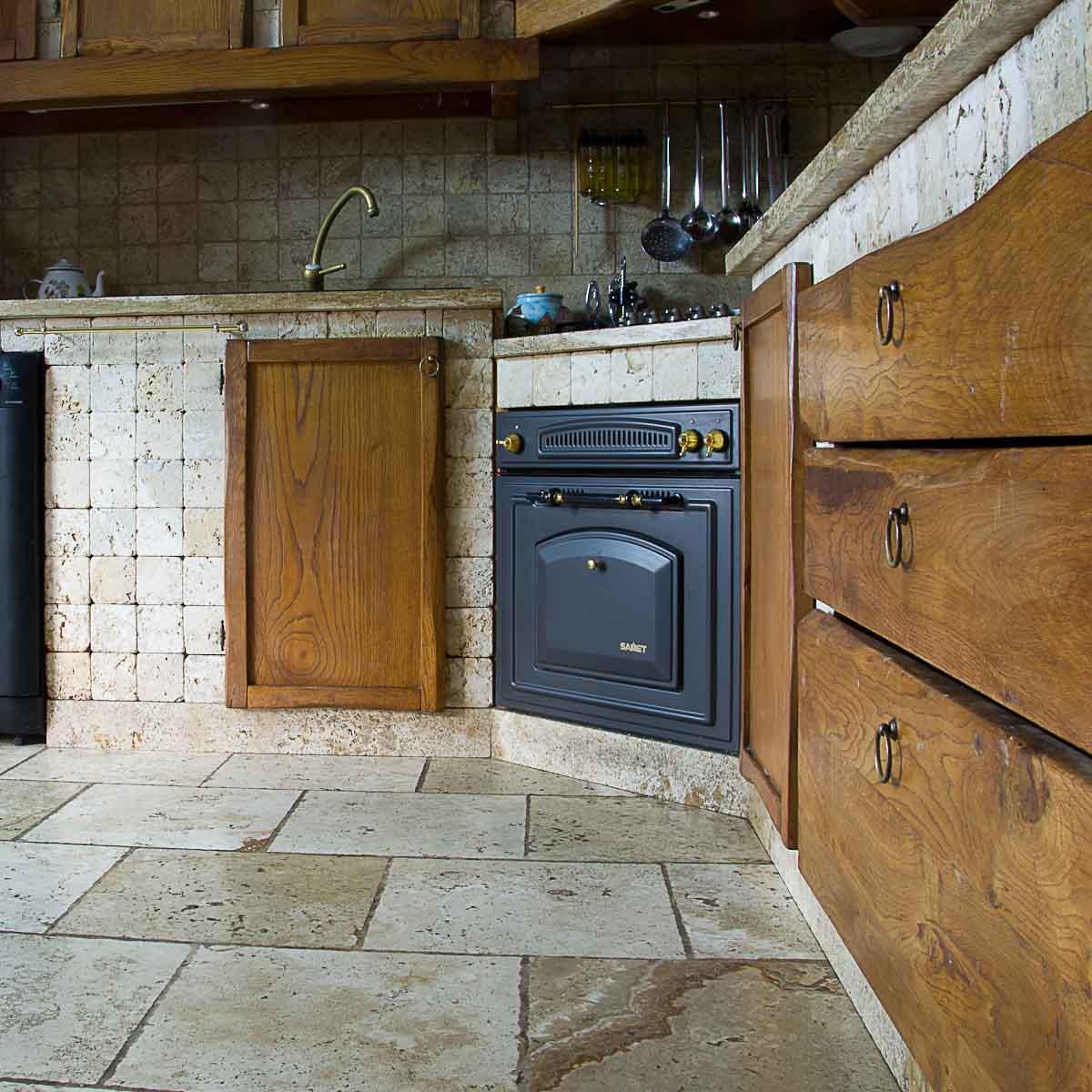Cucina in muratura rivestita in travertino pietre di rapolano - Piastrelle per cucina in muratura ...