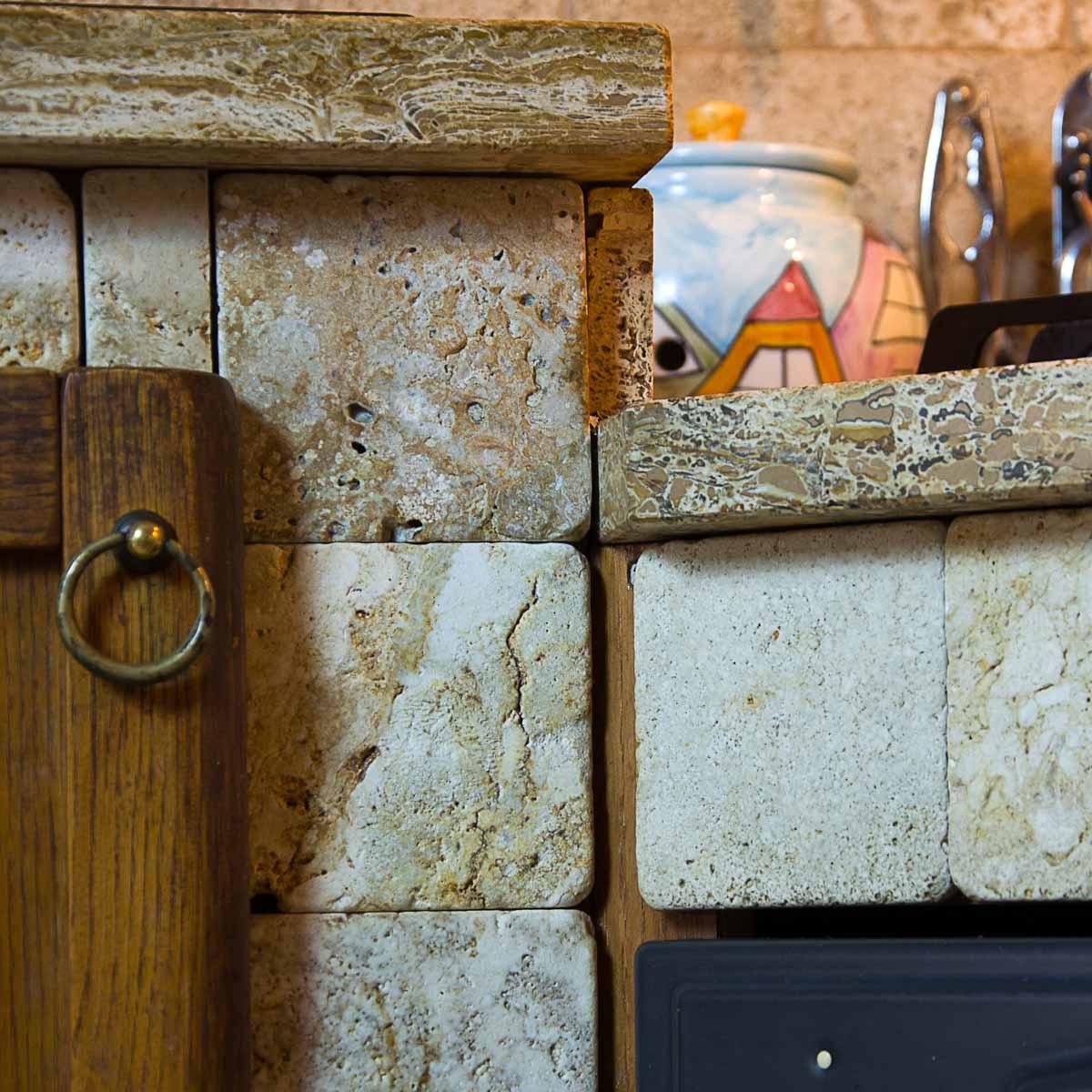 Cucina in muratura rivestita in travertino pietre di rapolano - Piastrelle cucina rustica ...