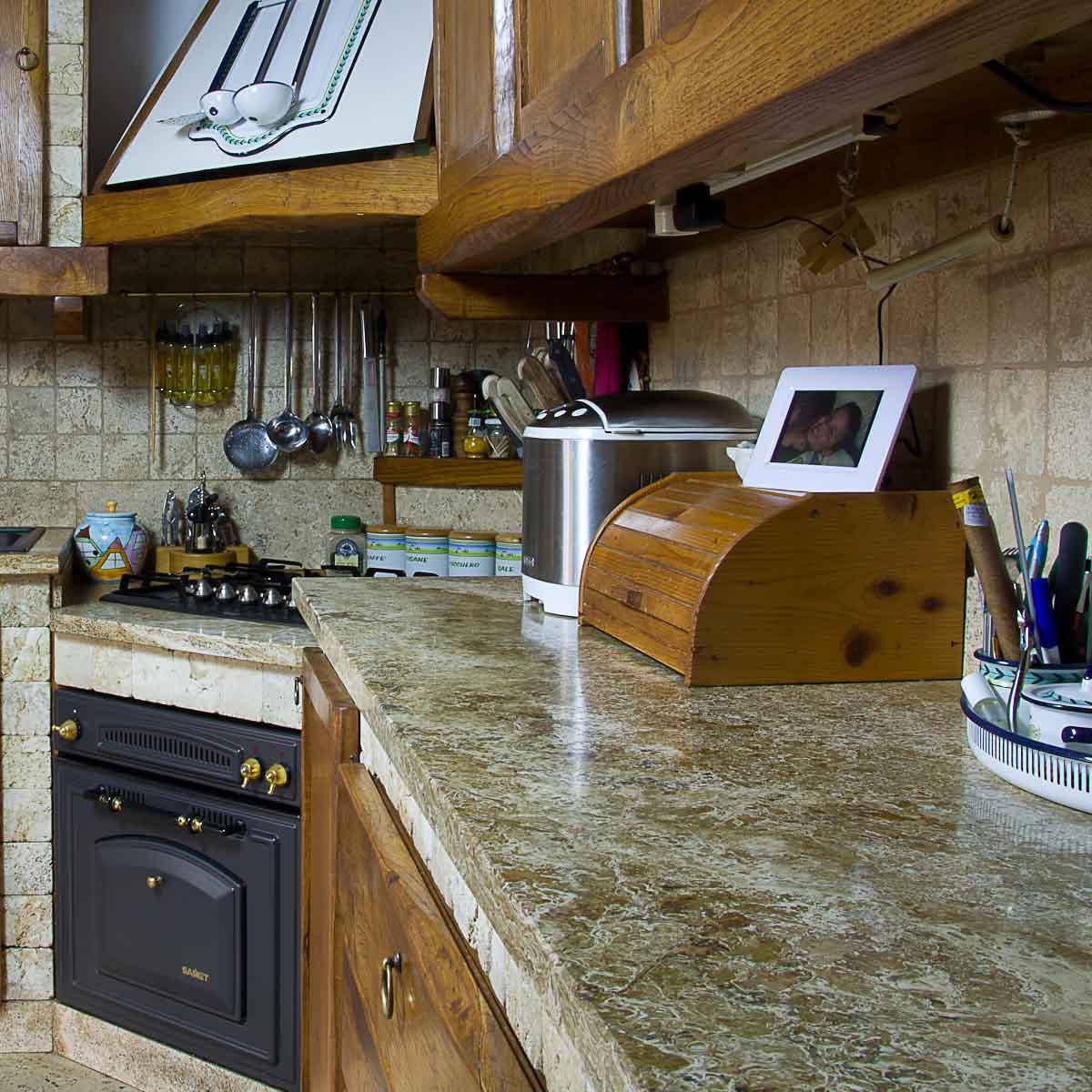 Cucina in muratura rivestita in travertino pietre di rapolano - Cucina in pietra ...