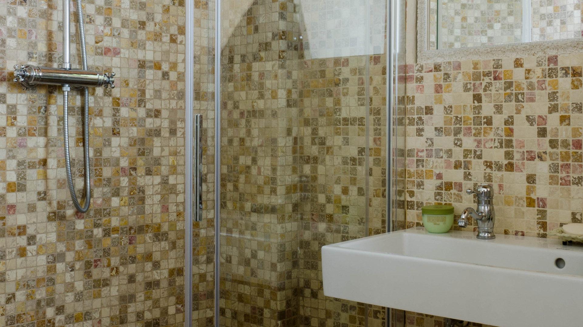 Mosaici in travertino e marmo per il bagno pietre di rapolano
