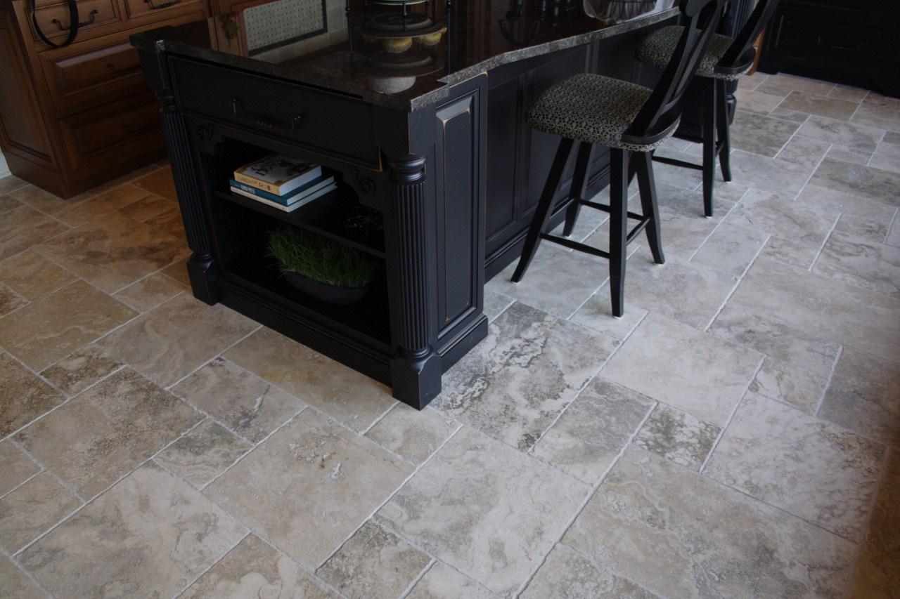 Pavimenti e rivestimenti cucina in pietra pietre di rapolano - Pavimento cucina soggiorno ...