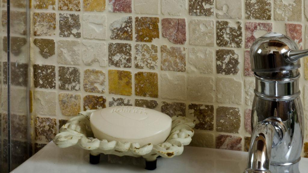 Mosaico in travertino 3x3cm Coral Mix Rustico dettaglio