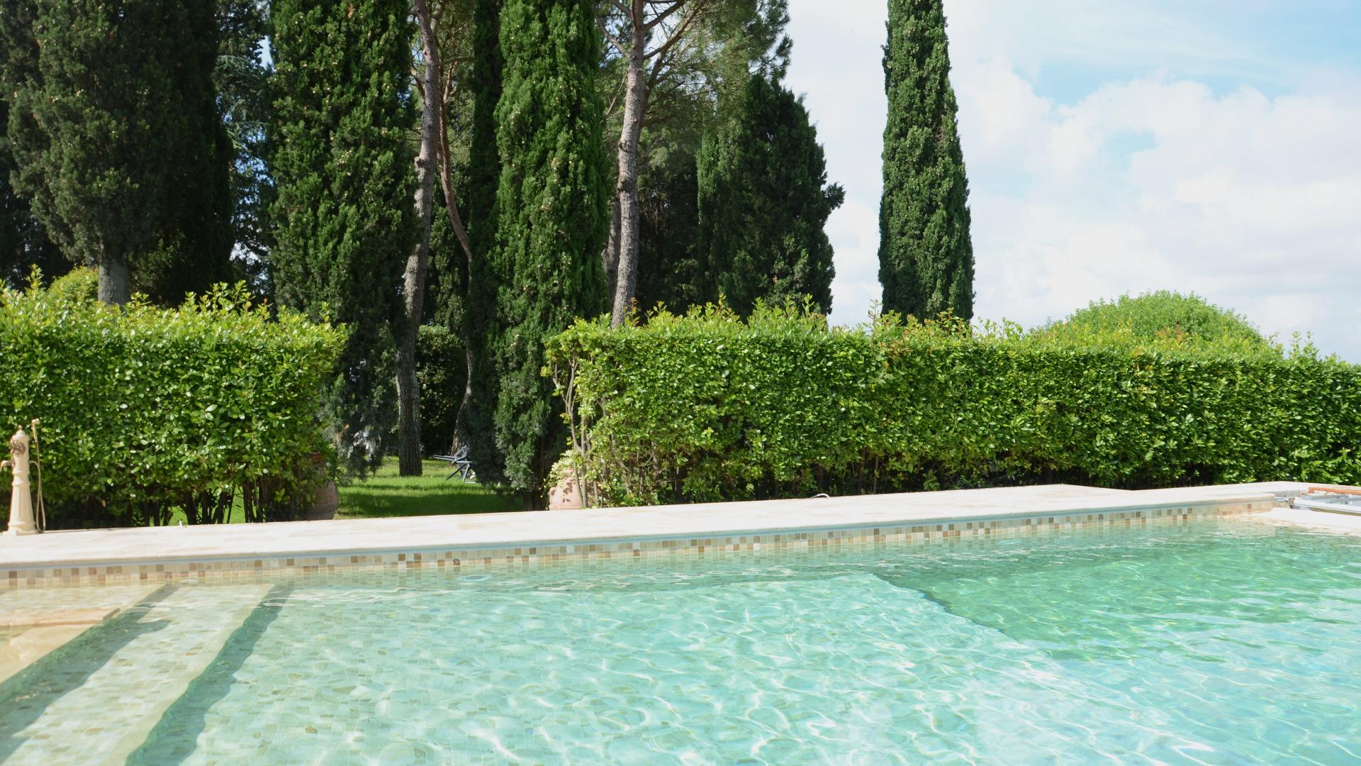 Foto von Pool in Hügellandschaft von Pietre di Rapolano