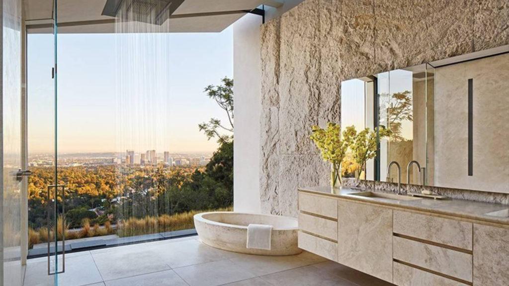 Un bagno della villa a Bel Air di Michael Bay, con vasca in travertino