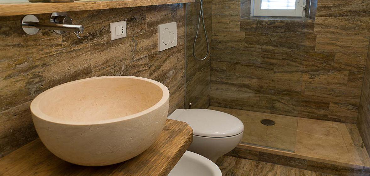 Bagno in travertino simil legno pietre di rapolano - Bagni esterni in legno ...