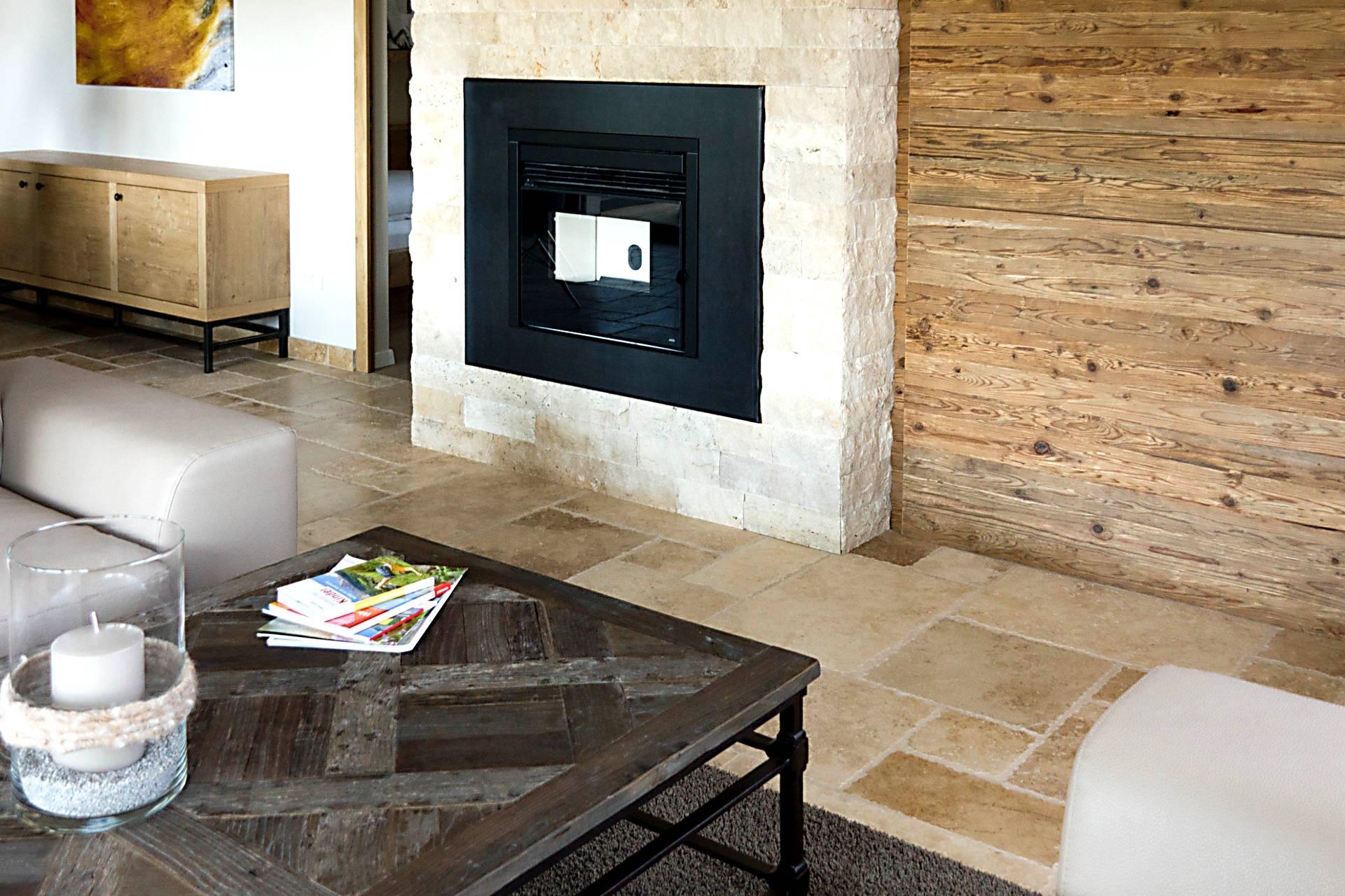 Caminetti rivestiti in pietra travertino marmo granito for Soggiorno camino