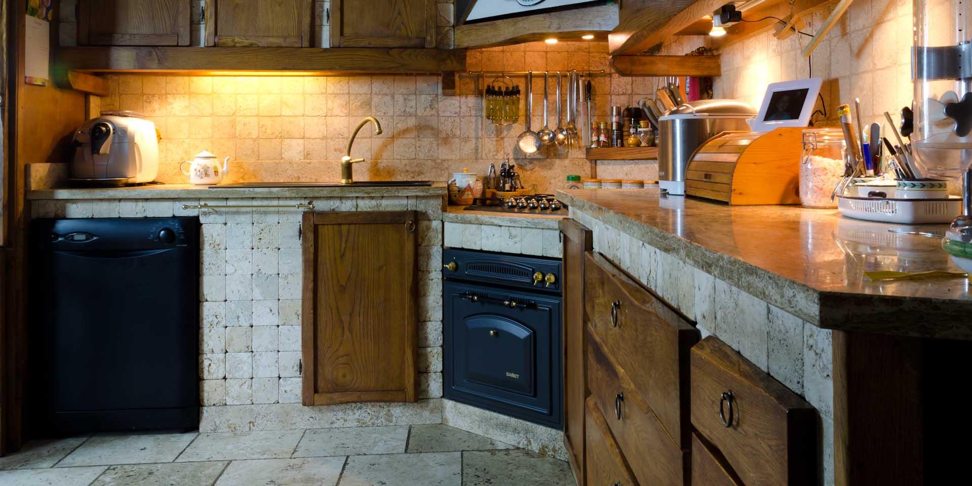 Cucina in muratura, rivestita in travertino - Pietre di Rapolano