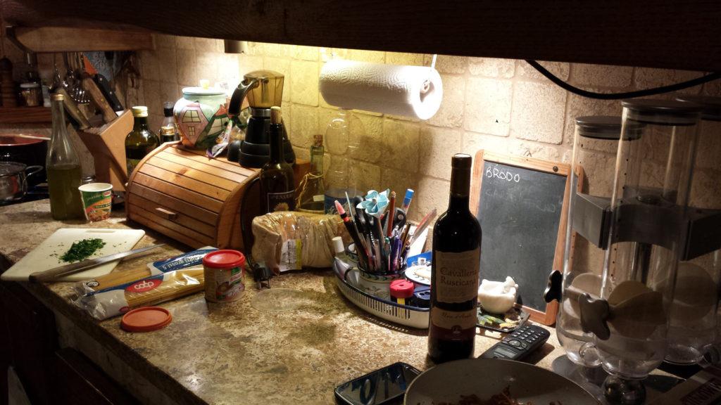Cucina rustica con pano in travertino