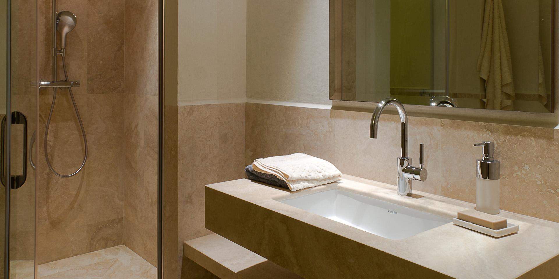 Bad mit dusche aus hellem travertin pietre di rapolano - Pietre per bagno ...