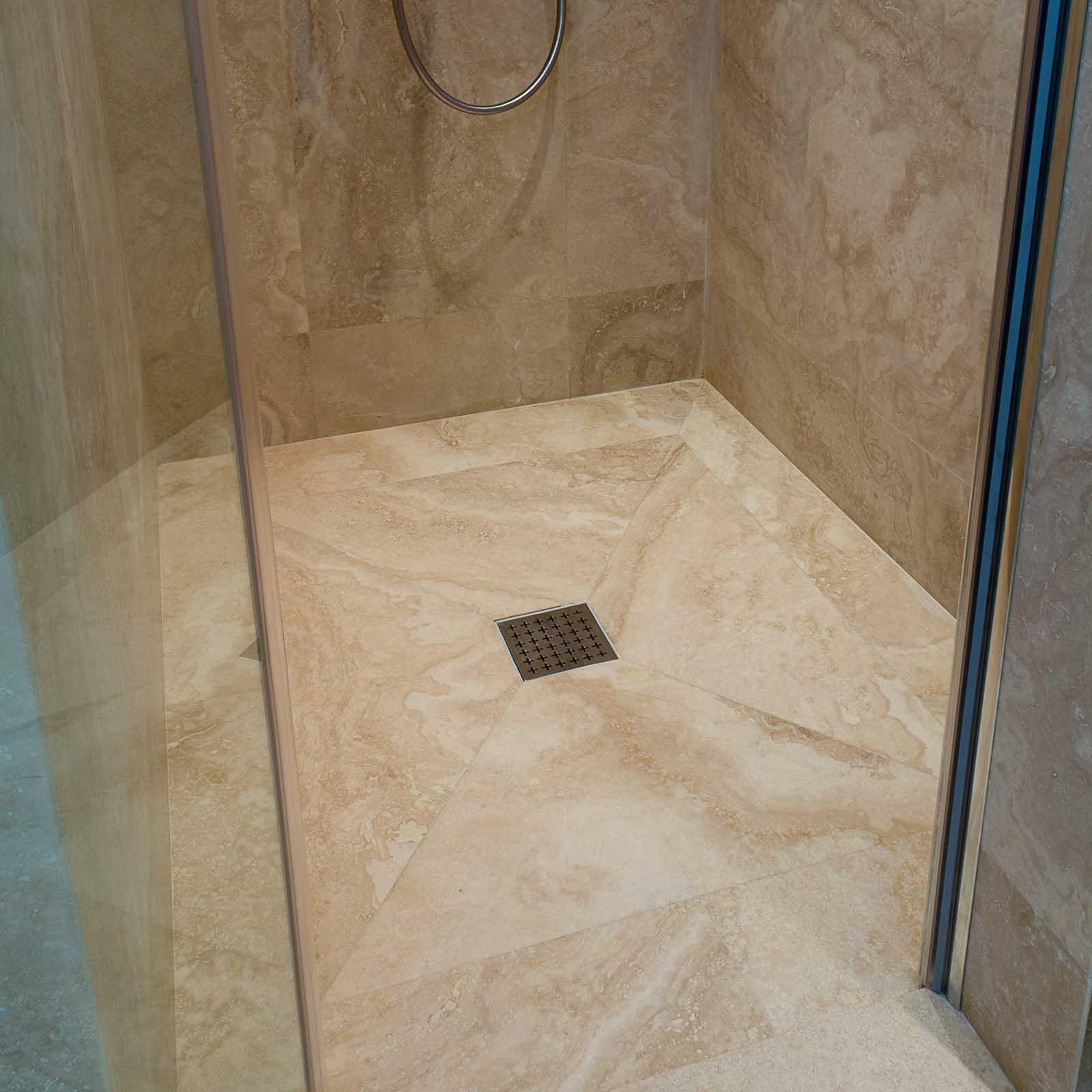 Bagno con doccia in travertino chiaro pietre di rapolano for Mattonelle da rivestimento