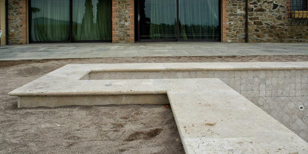 Esterni e piscina con bordi in travertino pietra di rapolano