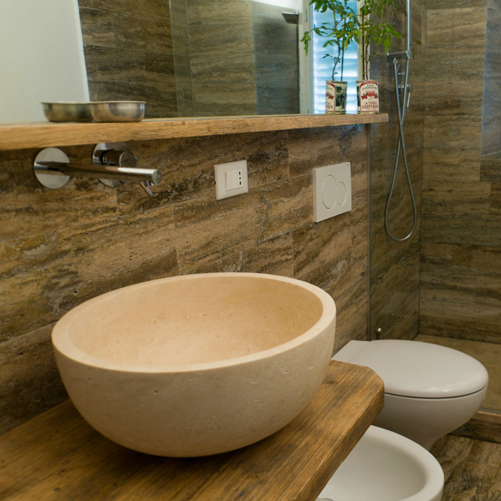 Lavabo in travertino per bagno con pavimentazione e rivestimenti della serie woodline
