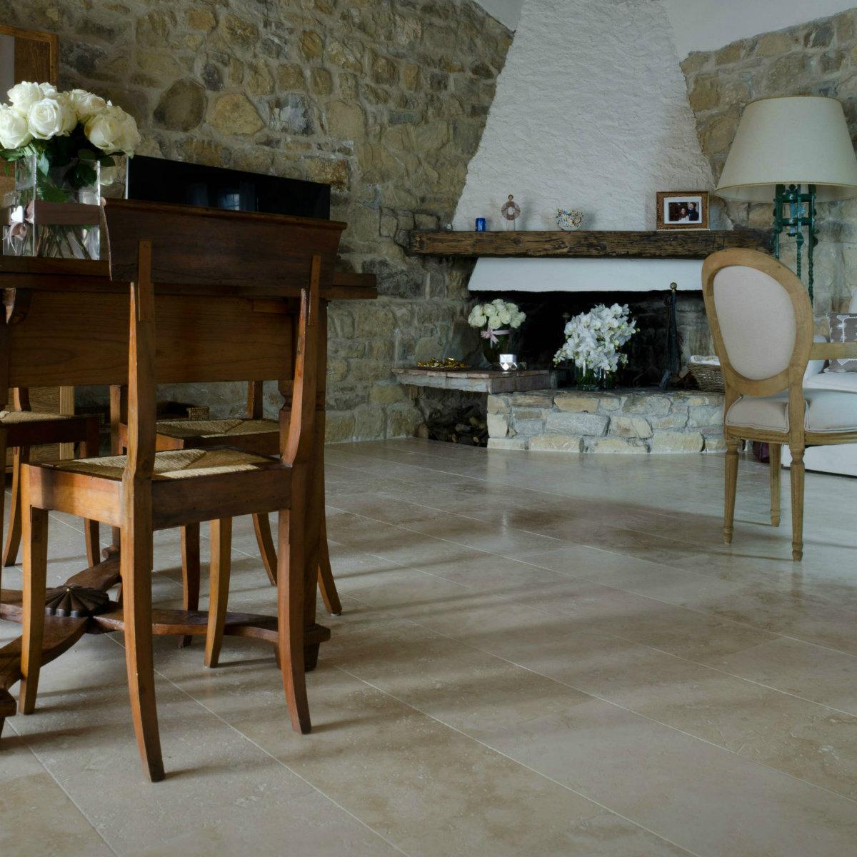 Pavimenti in travertino per interni soggiorno pietre di for Pavimenti per cucina e soggiorno