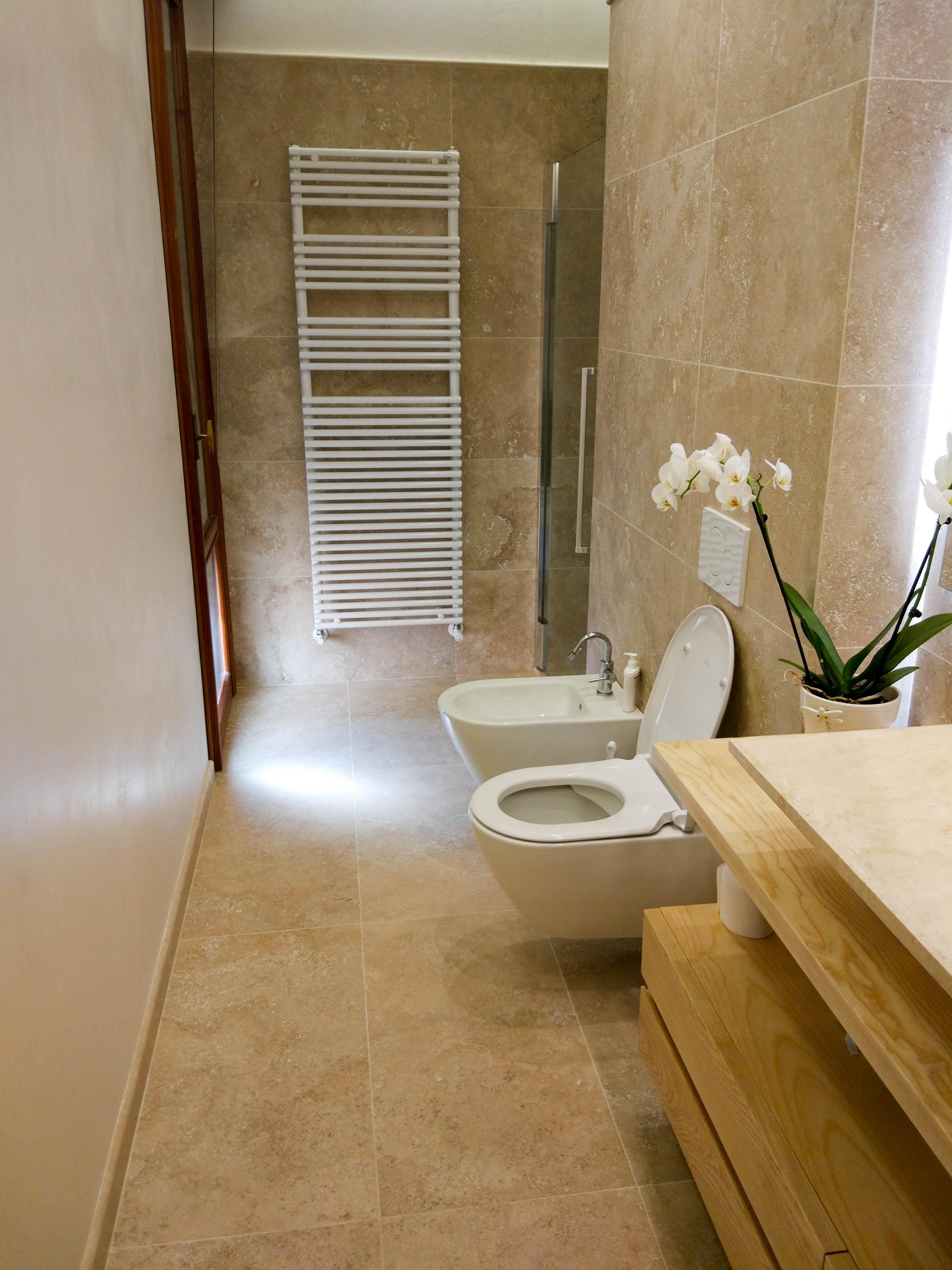 Bagno in travertino Becagli Chiaro: pavimenti, rivestimenti e piatto doccia