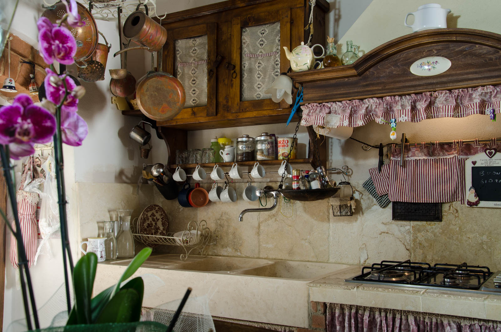 Come Decorare Una Cucina Rustica cucina in travertino dallo stile country - pietre di rapolano