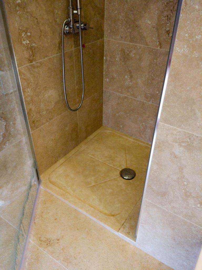Piatto doccia bagno in travertino