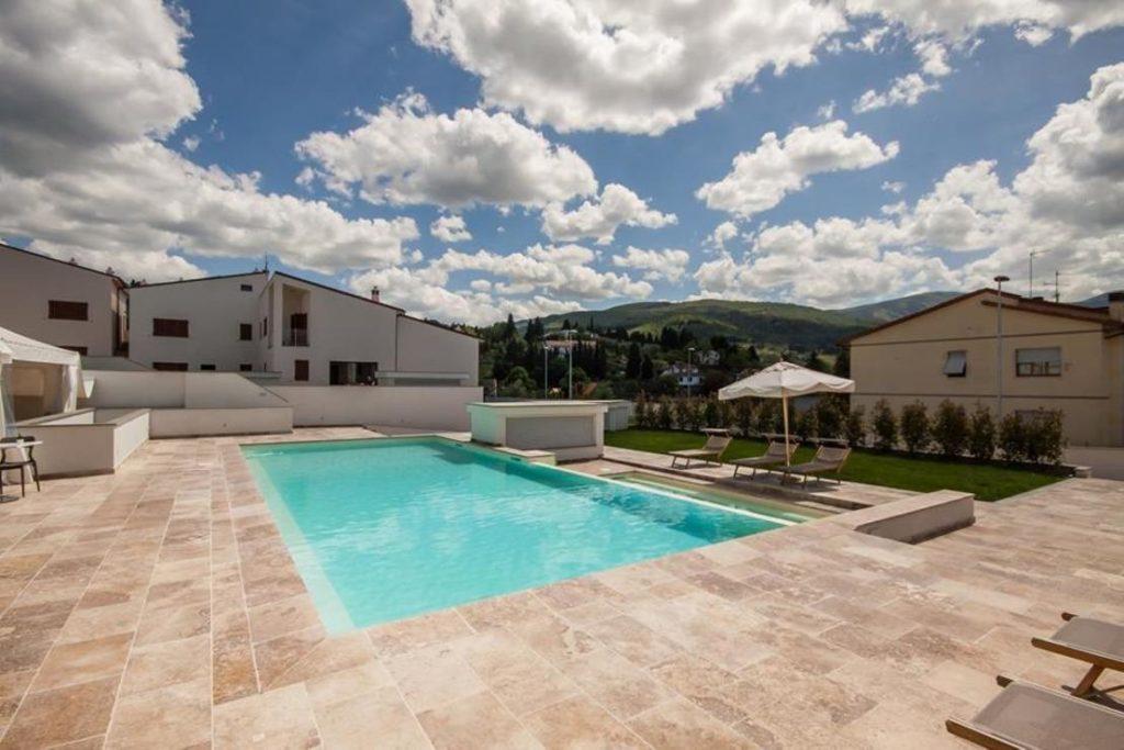 Pietre di rapolano pelago resort piscina travertino pavimenti esterni