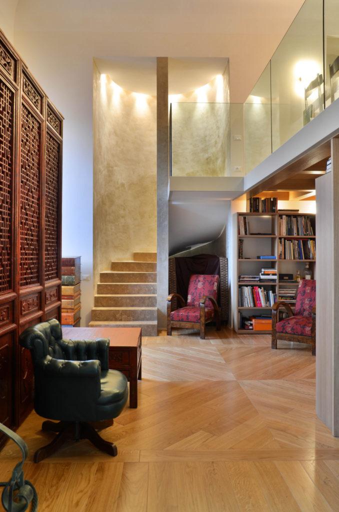 Residenza sui lungarni di Firenze: scala soggiorno in travertino