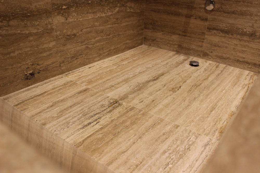 Rivestimento In Legno Per Vasca Da Bagno : Bagno con vasca e rivestimenti in travertino zebra pietre di rapolano