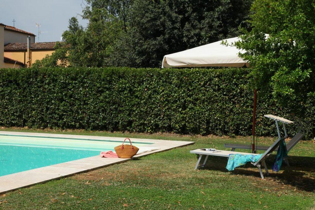 Bordo piscina in travertino classico
