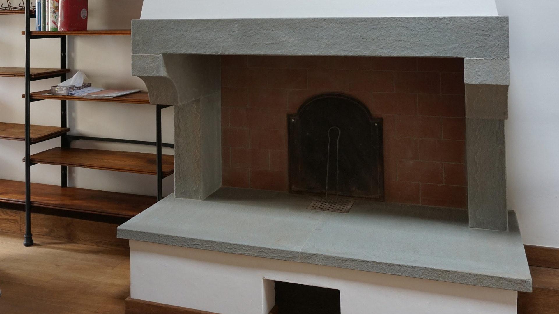 Pietra Grigia Per Davanzali caminetti rivestiti in pietra: travertino, marmo, granito