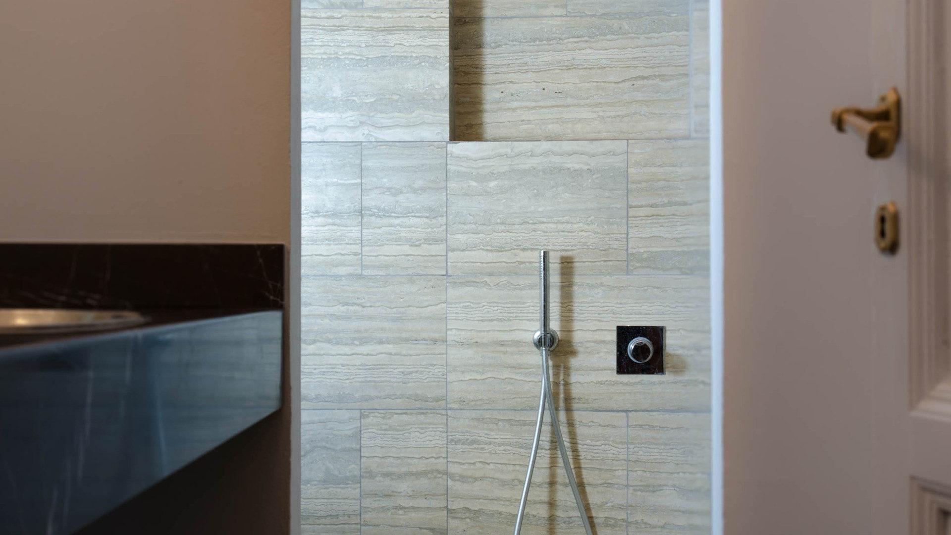 Piastrelle bagno travertino rivestimenti bagno con mosaico piastrelle vetro musis design for Rivestimenti bagno classici