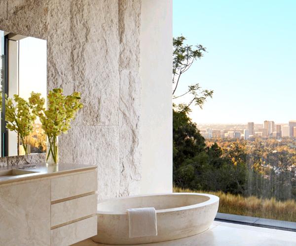 Bagno scenografico in travertino sulle colline di Los Angeles