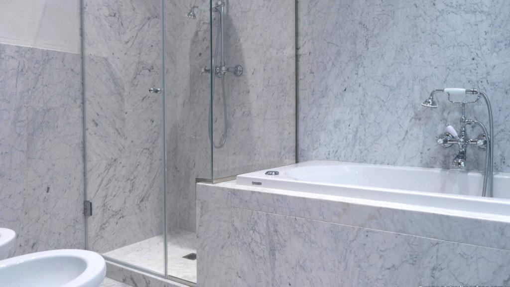 Rivestimenti bagno in Bianco di Carrara