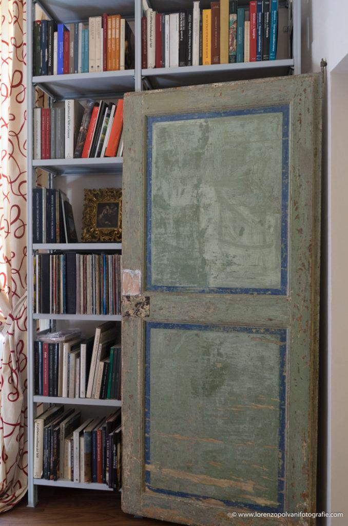 Residenza privata di un antiquario - dettaglio della porta dello studio