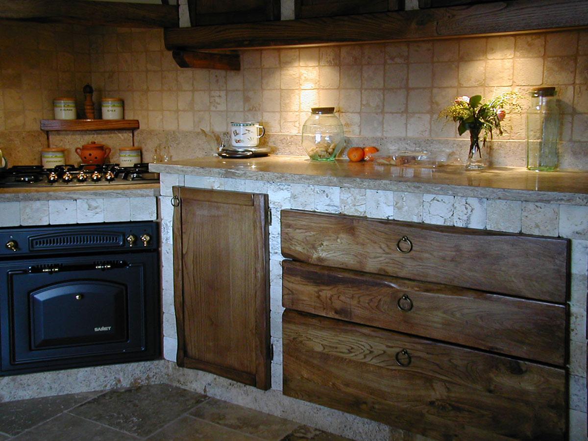 Cucina in travertino in stile rustico