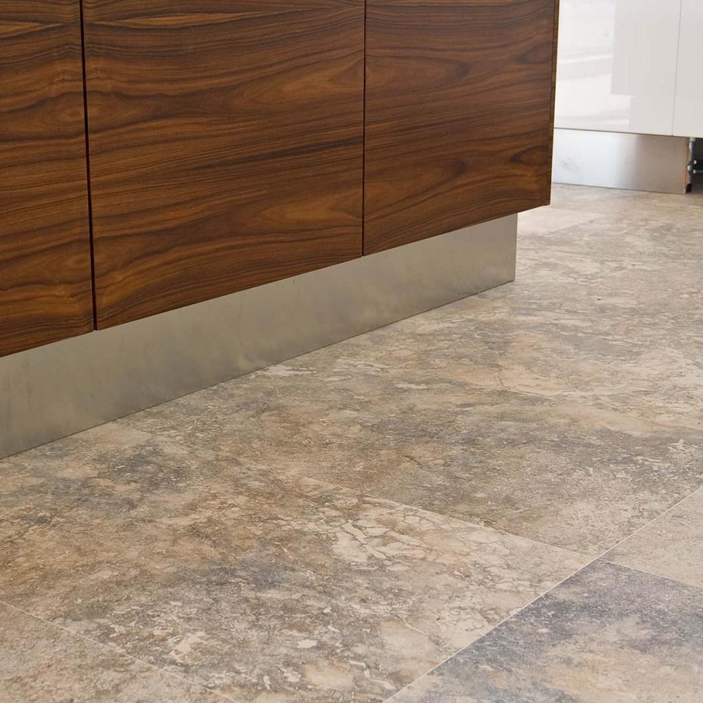 Pavimento in pietra di rapolano in una cucina