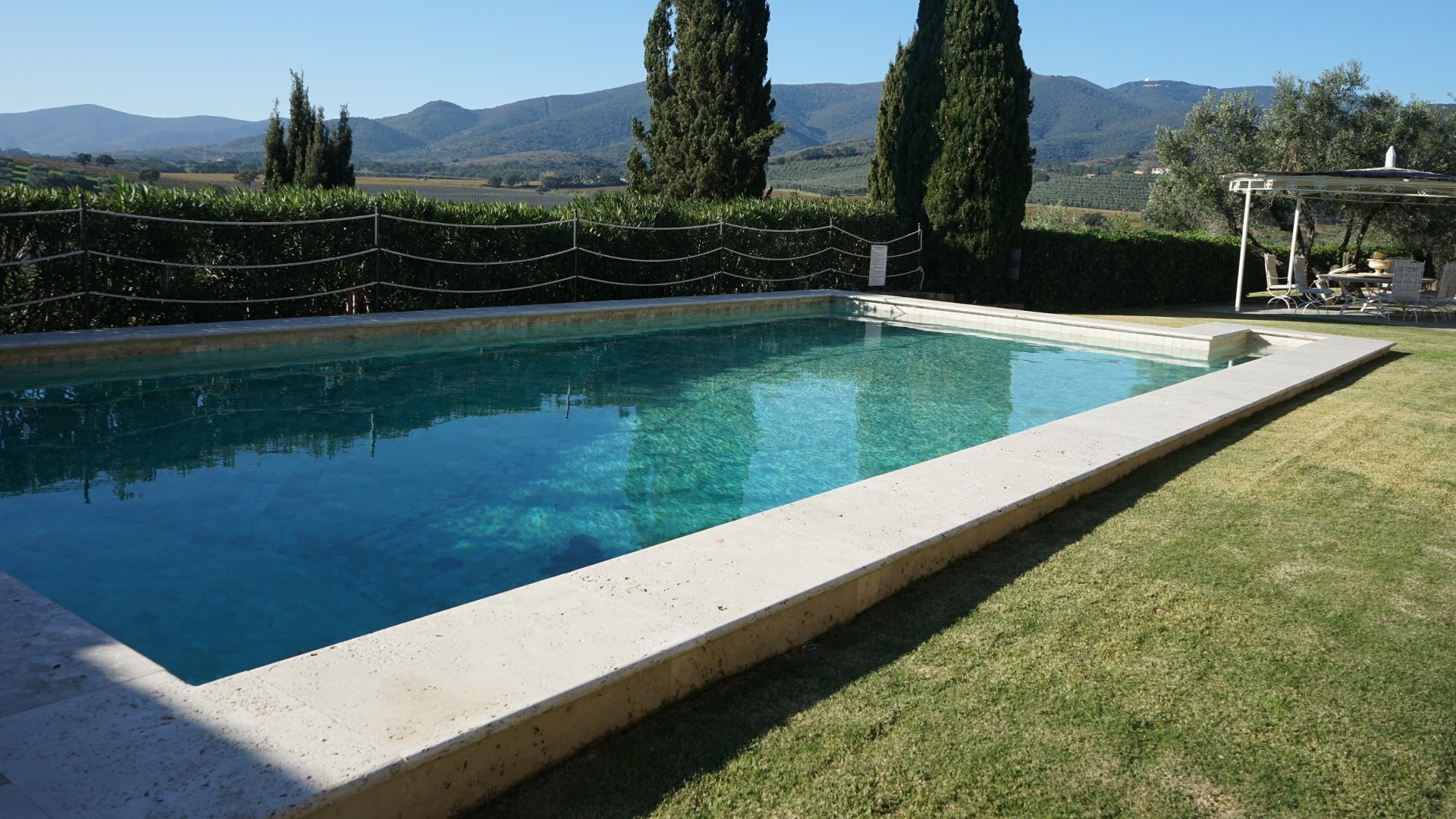 "Bordi piscina in Travertino in falda ""Light Blend"""