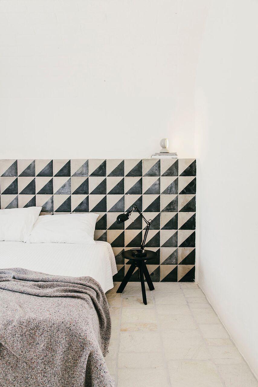 Interni camera da letto masseria moroseta andrew trotter ostuni parete piastrelle