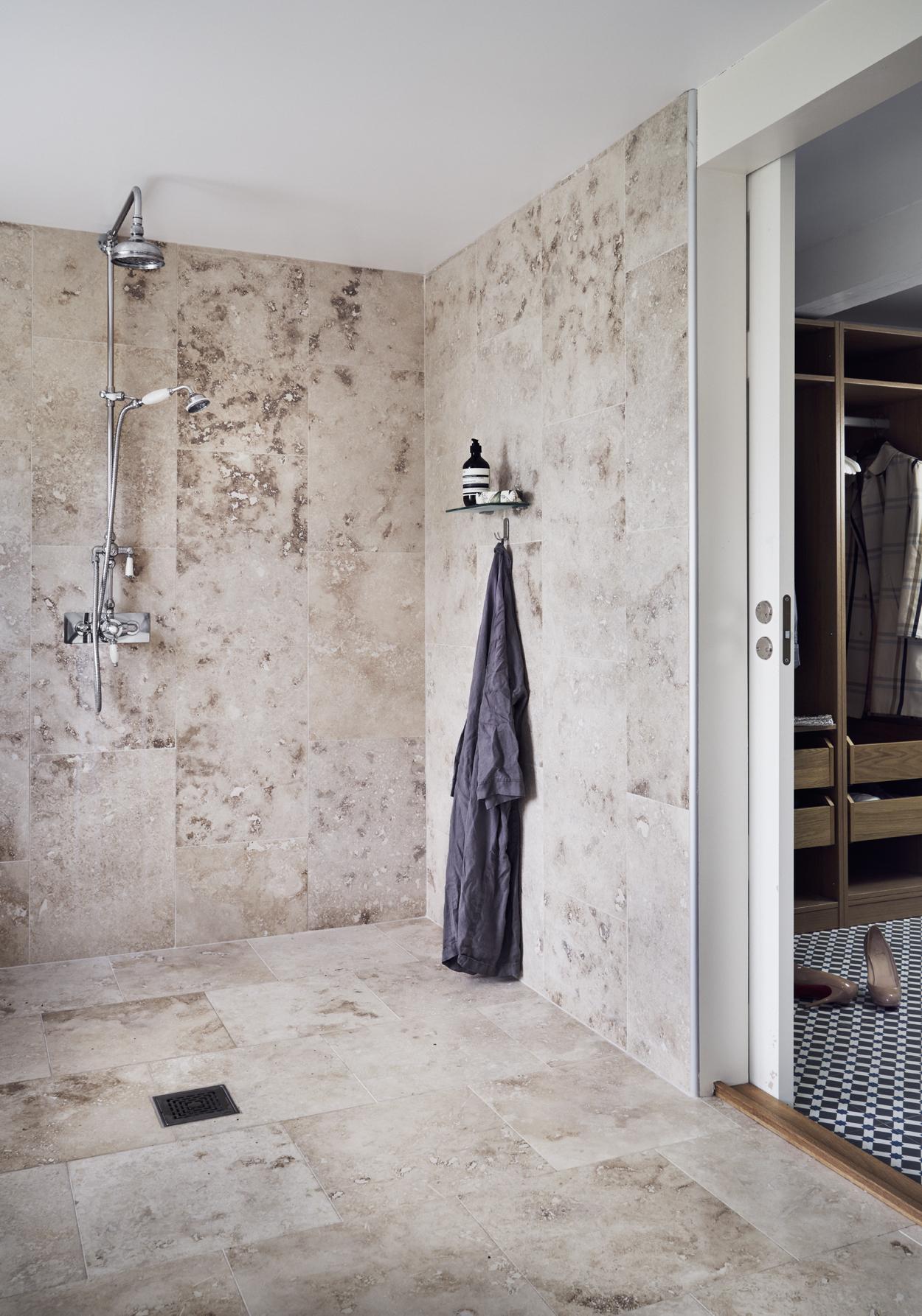 Fantastik frank interni villa svezia bagno pavimenti travertino