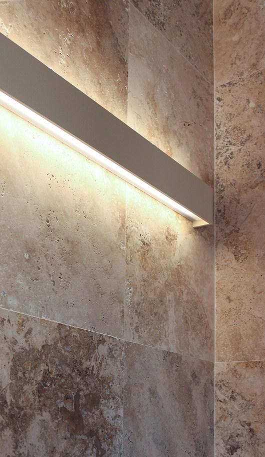 Nuovo bagno con piastrelle in pietra