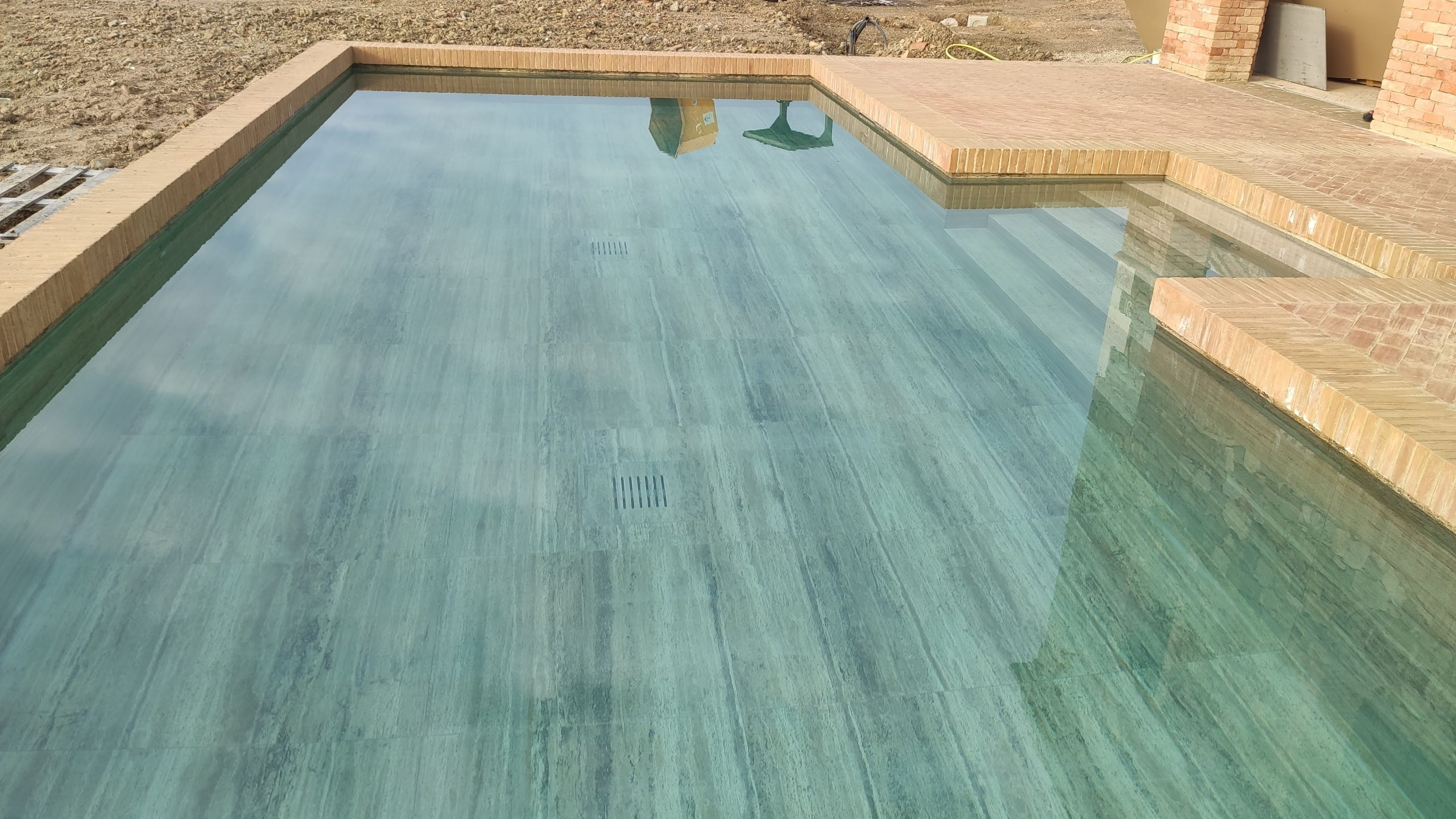Pdr zebra terra chiara travertino interno piscina