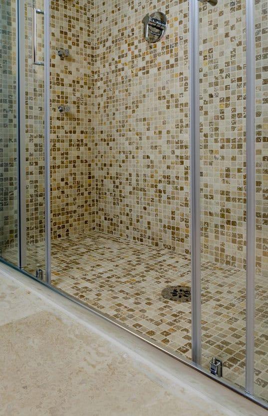 Rivestimento doccia in mosaico di travertino